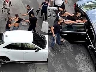 恐怖擄人影片曝光 10惡煞當街包圍砸車 男遭狂毆拖出車外