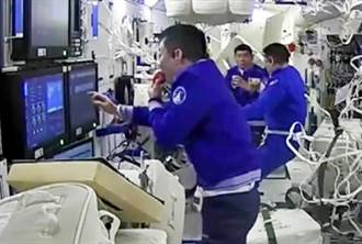 誰說只能吃凍乾水果?陸太空人享用新鮮蘋果