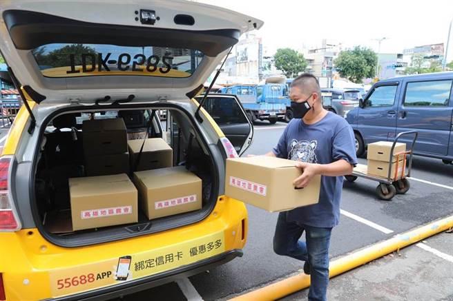 高雄市政府農業局與高雄地區及鳳山區農會合作,推出二款「揀好蔬果箱」,結合計程車業者20公里免運費送到家。(高雄市農業局提供/林雅惠傳真)