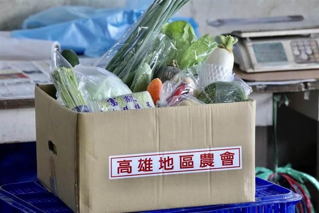 被避免群聚染疫,高雄市政府農業局與高雄地區及鳳山區農會合作,推出樣二款「揀好蔬果箱」,20公里免運費送到家。(高雄市農業局提供/林雅惠傳真)