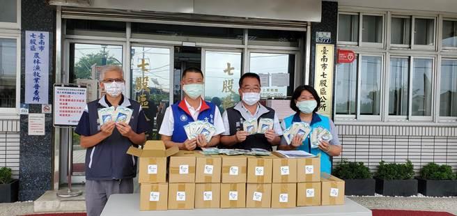 方一峰(左二)媒合企業贈七股區公所奈米銀抗菌防護口罩一批。(七股區公所提供/劉秀芬台南傳真)