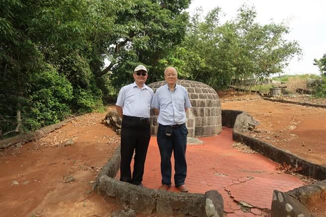 習賢德(左)與作者在位於五股公墓的陳儀墓位前合影。(作者提供)