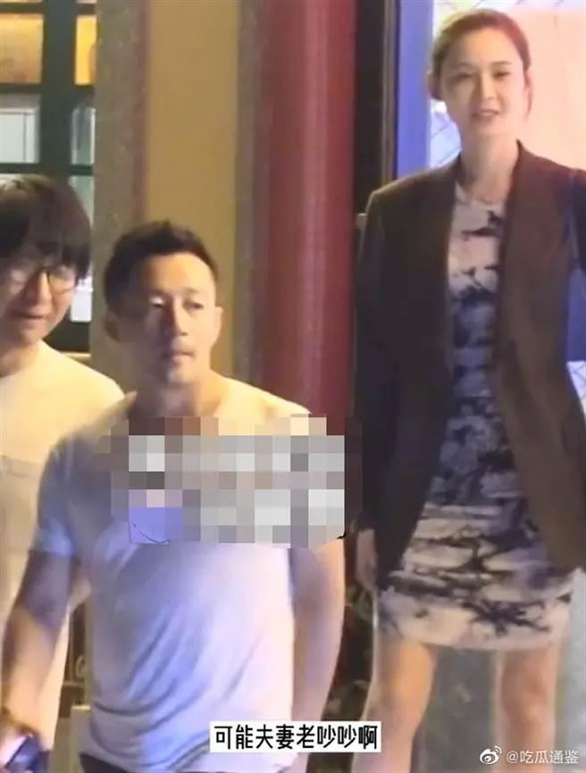 汪小菲與朋友吃完飯,看似心情不好地步出餐廳。(取自微博)