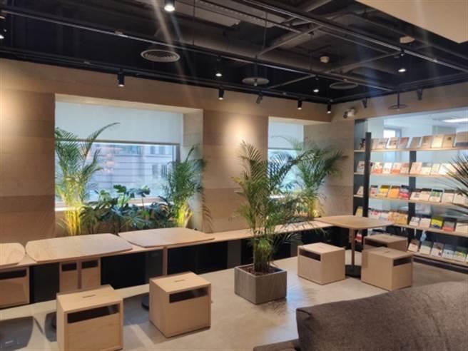 原木色調的交誼廳,宜人視覺感與環境媲美咖啡廳,員工可以輕鬆享用點心翻閱雜誌放鬆心情。(圖/遠雄房地產提供)