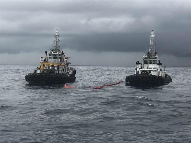中油工作船大林一號及大林九號於海上以攔油索圍堵油汙。(海保署提供/謝佳潾屏東傳真)