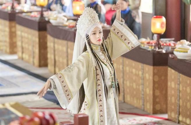 女星李沁因演出《如懿傳》寒香見,被封為「最美香妃」。(圖/ 摘自電視劇《如懿傳》微博)