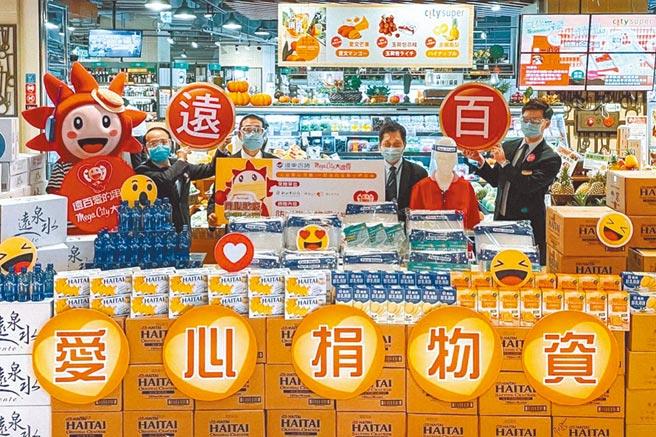 遠東百貨本月除了再度捐贈便當、速食麵為醫護打氣,日前由遠百營運長林彰豐(右2)帶領高層主管捐贈物資。(遠百提供)