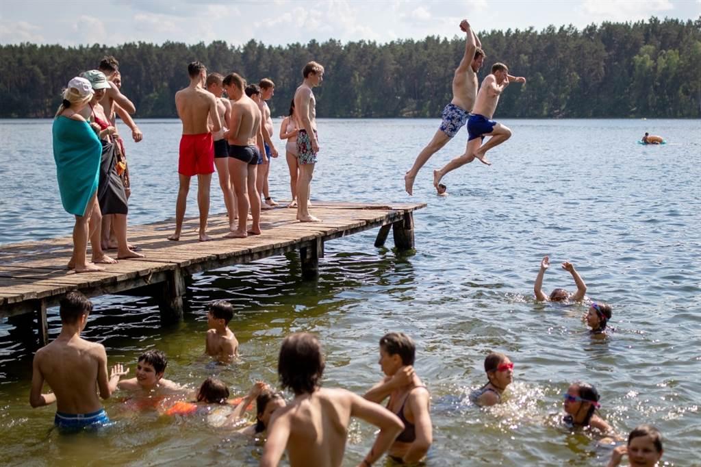 隨著夏季旅遊旺季到來,立陶宛政府研議讓觀光客接種疫苗。(圖/美聯社)