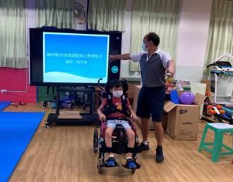 聽廣播、看影片 中小學教師輔助重度障礙生線上授課