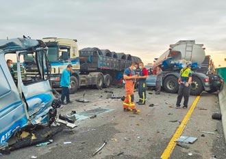 彰化西濱化學曳引車追撞 警車也遭殃