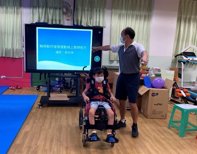 中正國小體育教師郭宗坤,為了讓重度障礙孩子每天在床上、輪椅上運動,避免壓瘡、關節、肌肉萎縮,因此錄製讓家長也能協助學生簡單操作的運動影片,並分享給特教團隊共同使用。(新北市教育局提供/李侑珊台北傳真)