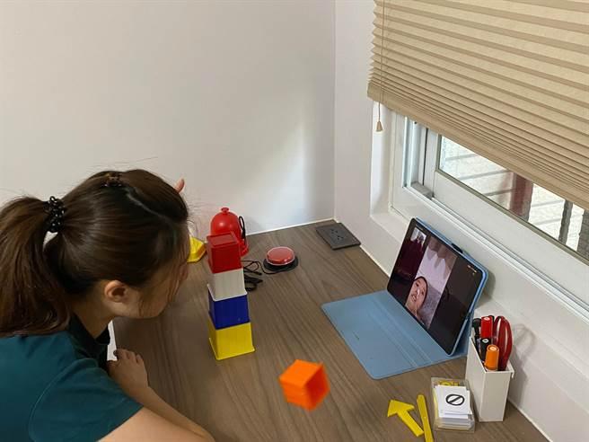 大觀國中老師白文怡採取分段方式預錄影片的方式,並由家長到網路雲端空間下載影片撥放給孩子看,協助重症學子遠距學習。(新北市教育局提供/李侑珊台北傳真)