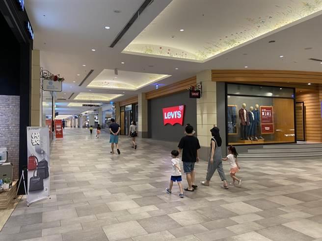 麗寶OUTLET MALL中午12時開始營業,上午沒有出現消費者「回籠」