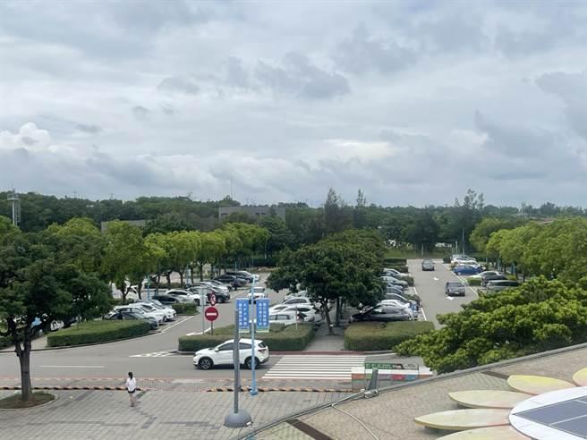 國道3號清水服務區停車場沒有出現一位難求情形。(民眾提供/王文吉台中傳真)