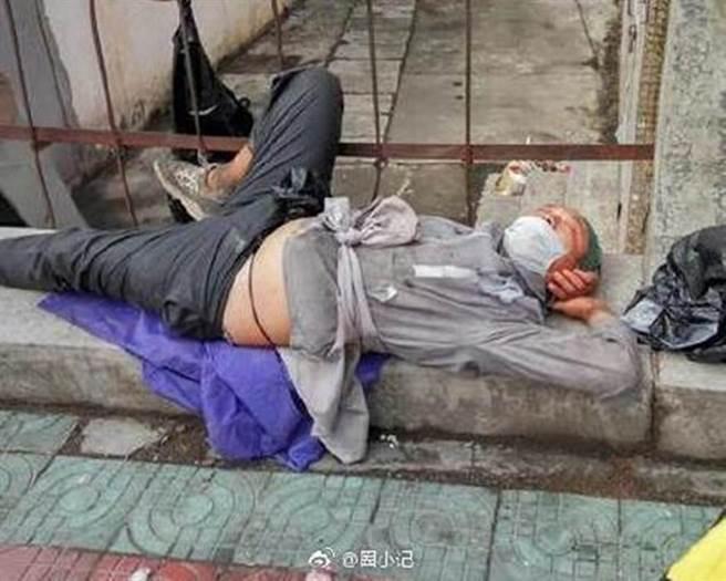 李傳傳出流落街頭,靠著撿路邊垃圾桶食物果腹。(圖/微博)