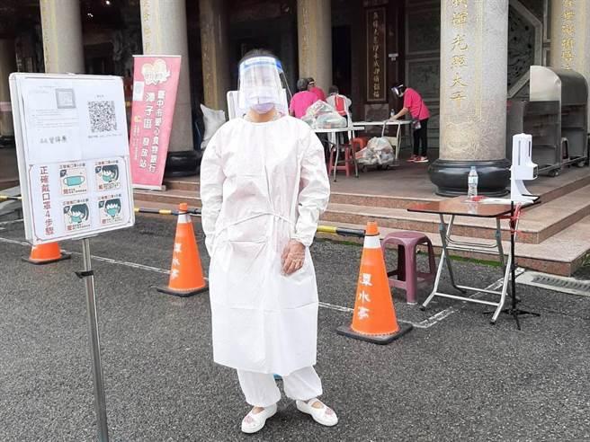 中市愛心食物銀行發放地點在事前即進行清潔消毒,出入口張貼防疫宣導單,提醒相關防疫措施。(台中市社會局提供/陳淑芬台中傳真)