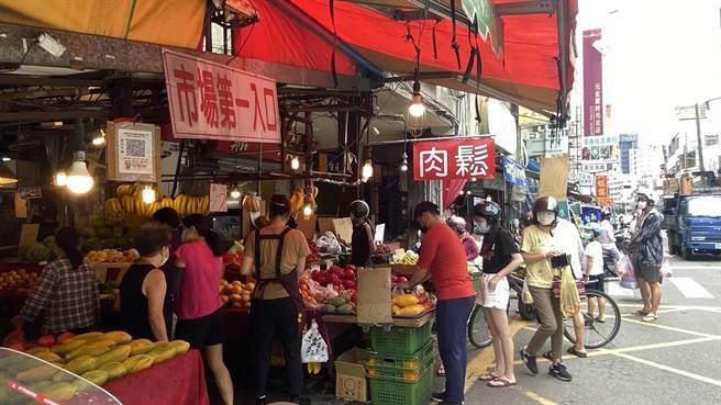 台中市西屯市場周末蔬果攤商人潮頗多。(陳淑芬攝)