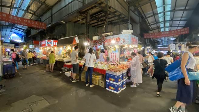 台中市向上市場攤商說,這波疫情以來,假日人潮僅剩3成。(陳淑芬攝)