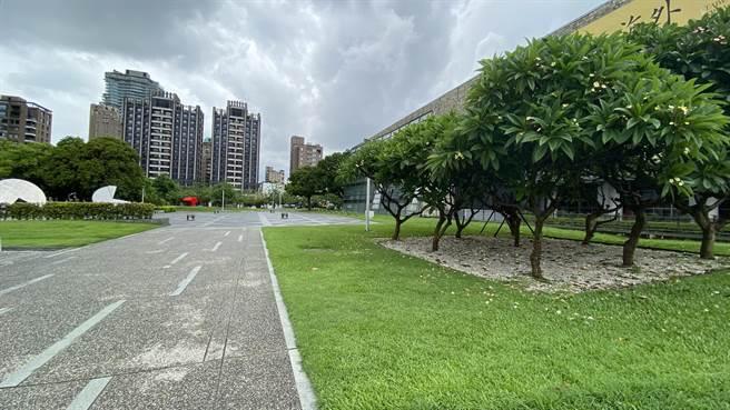 國美館、美術園道等園區綠地,周末也未見遊客。(陳淑芬攝)