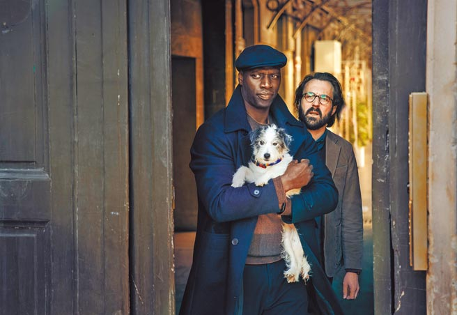 凱薩獎影帝歐馬希(左)在《亞森羅蘋:第二部》中饒富機智勇敢與愛心。(Netflix提供)
