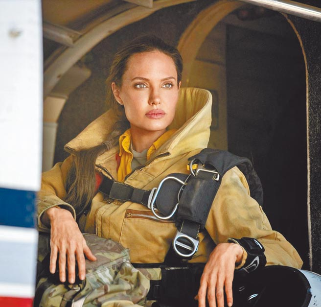 安潔莉娜裘莉在《那些要我死的人》飾演消防員。(CATCHPLAY提供)