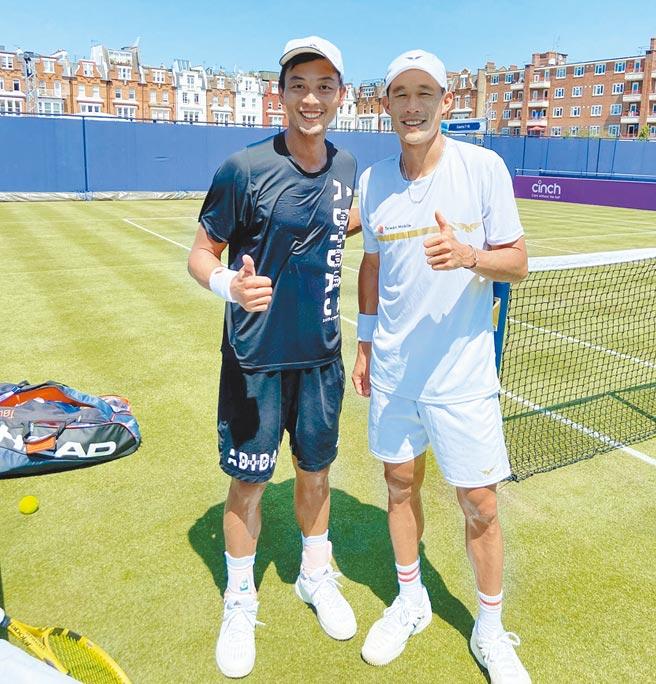 盧彥勳(左)為了替台灣多搶一張東奧男雙門票,選擇與單打世界排名次高的莊吉生報名,圖為兩人在本次溫布頓前一起訓練合影。(莊吉生臉書翻攝)