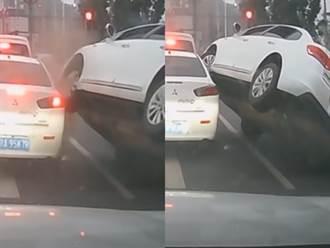 轎車當機車鑽縫慘遭夾擊側翻 網譏:玩命關頭失敗版