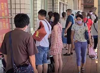 桃園竹圍漁港人潮分流進不去魚貨直銷中心 遊客擠門外交易