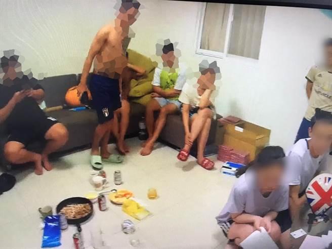 8名越南籍男女在屋內喝酒慶祝同鄉搬新家,警方接獲檢舉登門查獲。(翻攝照片/石秀華高雄傳真)