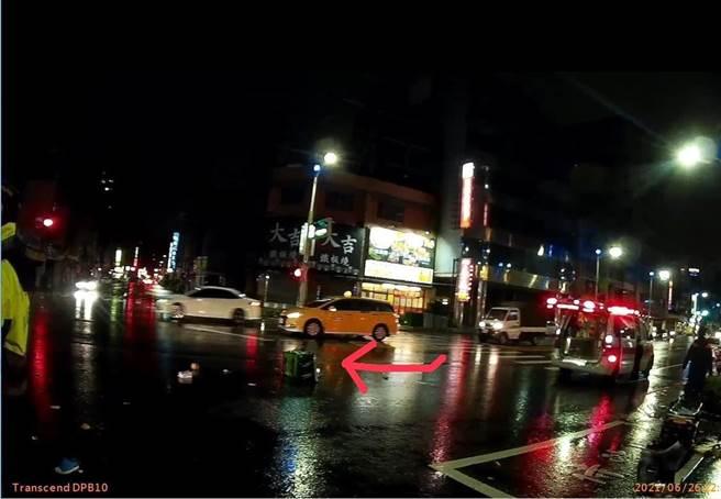 女外送員和汽車對撞後,左小腿骨折,外送的美食保溫袋掉在馬路上。(翻攝照片/石秀華高雄傳真)