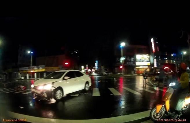 高雄Uber女外送員昨晚雨中送貨和汽車對撞,騰空噴飛左小腿變形骨折,汽車車頭凹陷毀損。(翻攝照片/石秀華高雄傳真)