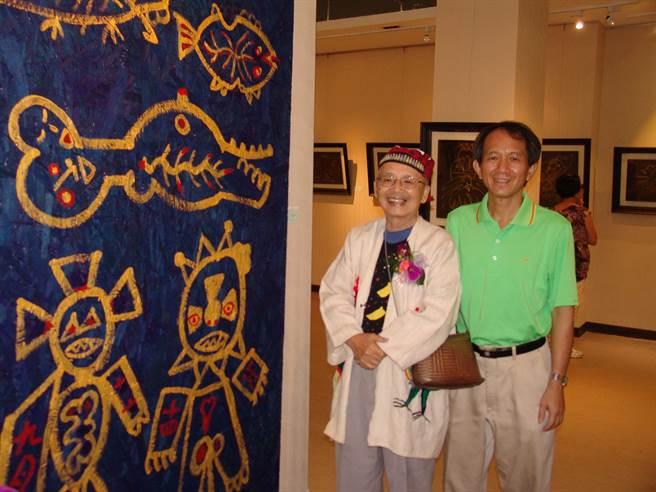 黃炳松(左)與女婿埔里鎮長廖志城出席畫展。(廖志晃攝)