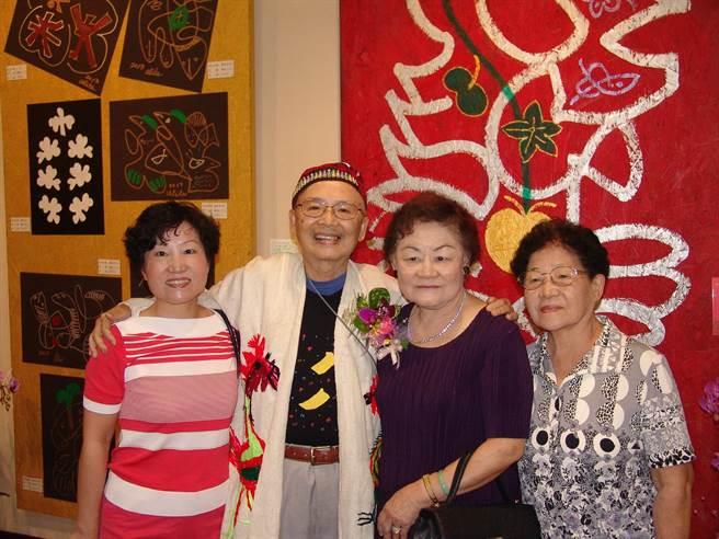 黃炳松(左二)80歲開始繪畫創作,在南投縣文化局開畫展。(廖志晃攝)