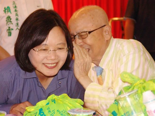 黃炳松(右)與蔡英文總統,開心說悄悄話。(廖志晃攝)