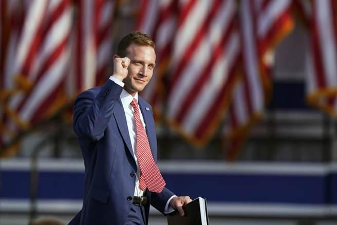 前白宮助手馬克斯·米勒,將挑戰投下彈劾票的安東尼·岡薩雷斯。(圖/美聯社)