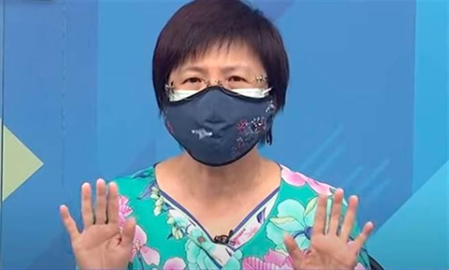 前國健署署長邱淑媞傳授,醫用口罩外再加上一層布口罩,可有效阻擋病毒的空氣傳播,防護力接近N95口罩。(圖截自YouTube/頭條開講)