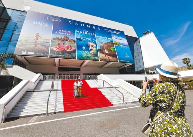 坎城影展暌違1年回歸實體影展,不少遊客已迫不及待先來朝聖。(路透)