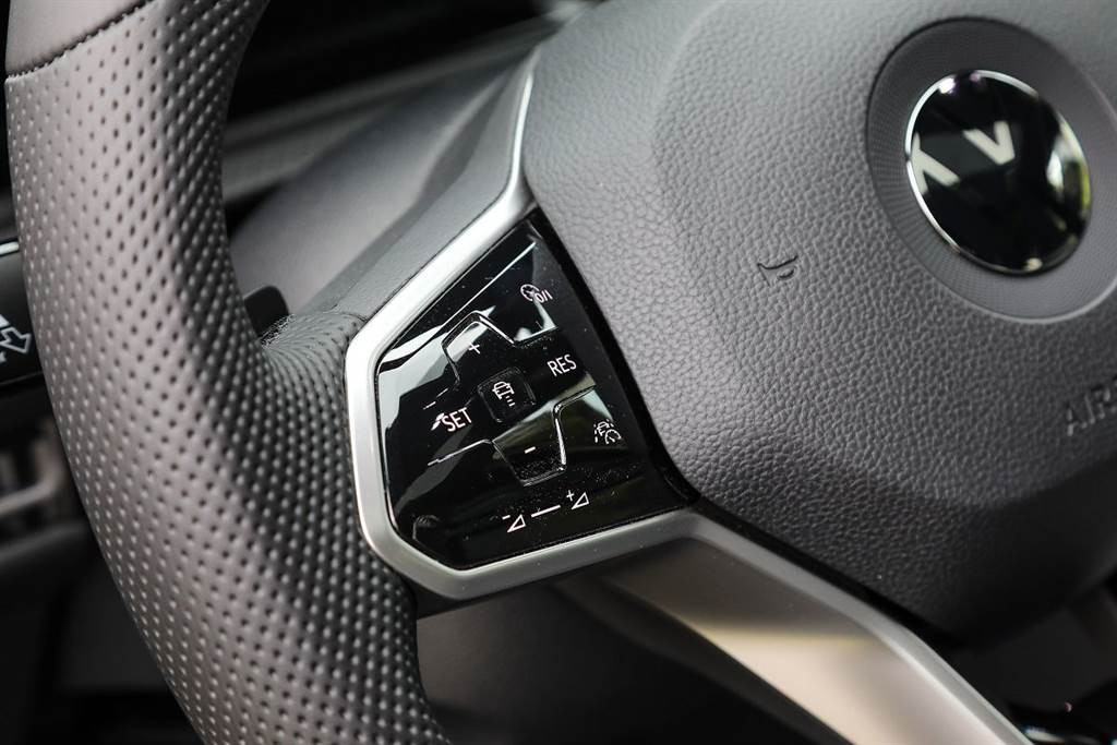 方向盤左邊有新增了一個右下位置的智慧車陣穿梭系統按鈕,一鍵就可開啟ACC主動式固定車距巡航系統!