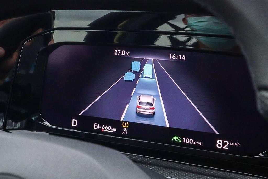 這個三車道的虛擬實境顯示功能也是VW車系首裝,與BMW的功能相當接近,主要是偵測前側方車輛的動態並且呈現在數位儀表上,可以說偏向安全警示與偵測的功能性較多,但是要主動先操作關閉左右兩個顯示幕,才會顯示三車道,不然就只有前方一車道的顯示。