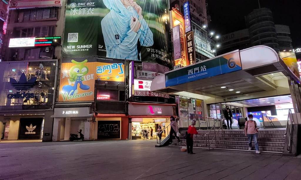 本土疫情自5月中爆發後,西門町周末淪為空城,西門捷運6號出口不見逛街人潮,僅有少數行人。(照片/游定剛 拍攝)