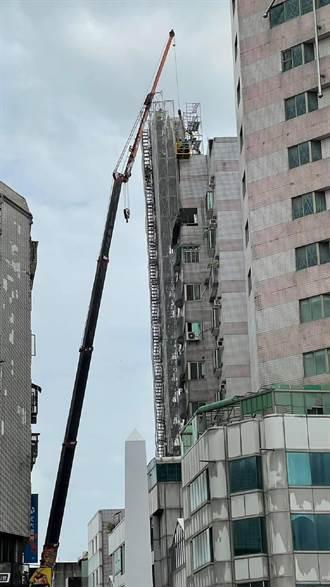 雲林北港亞洲大樓頂樓帷幕牆嚴重傾斜 斥資近百萬元拆除