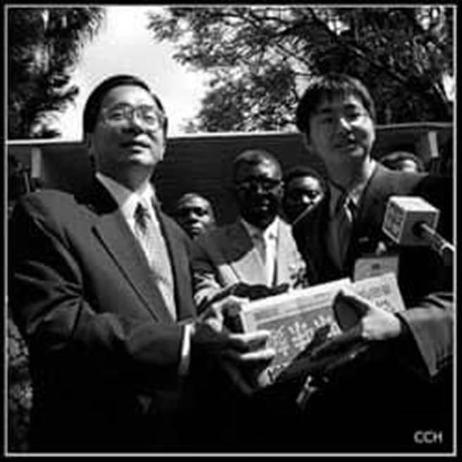 2002年7月,時任總統的陳水扁訪問非洲邦交國馬拉威,和羅一鈞的合照。(圖片翻拍自陳致中臉書)