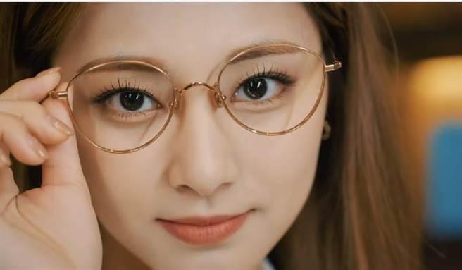 子瑜眼鏡造型電翻網友。(圖/翻攝自TWICE的YouTube)