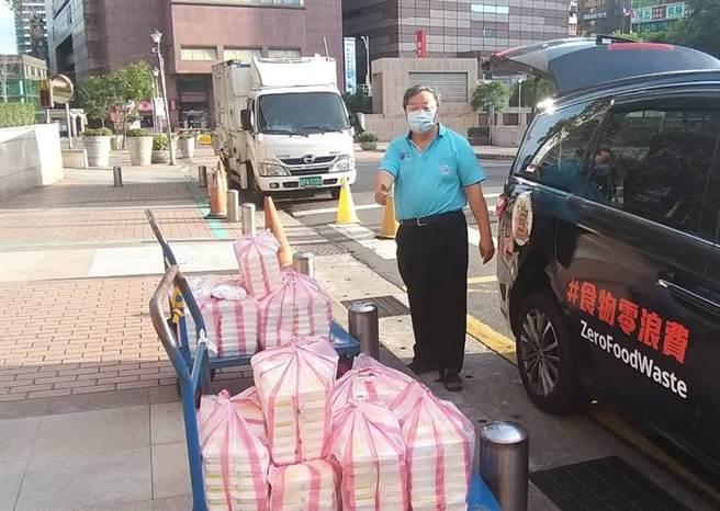 台北市忠勤里里長方荷生,搶在病毒攻陷社區之前為弱勢者送出「元氣彈」物資箱。(圖/信義房屋提供)