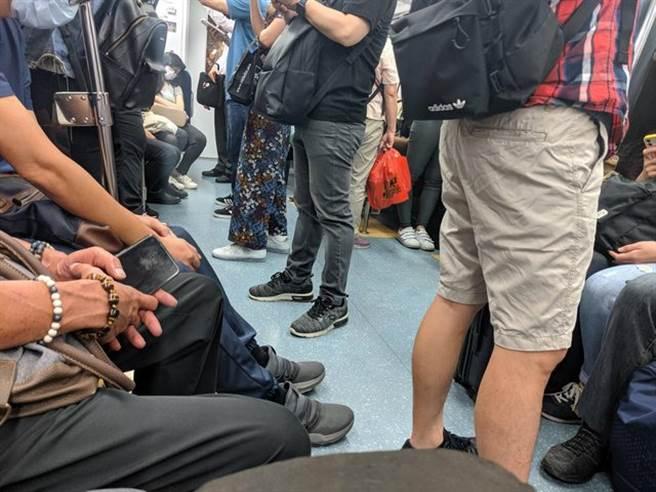 一名網友今早搭乘台鐵發現,乘客與上周相比還要多,令他忍不住問「三級警戒是不是要解除了」。(圖/翻攝自PTT)