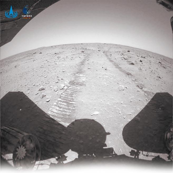 截至27日上午,祝融號火星車已在火星表面工作42個火星日,累計行駛236公尺。圖為火星車行駛的清晰車痕。(中新社)