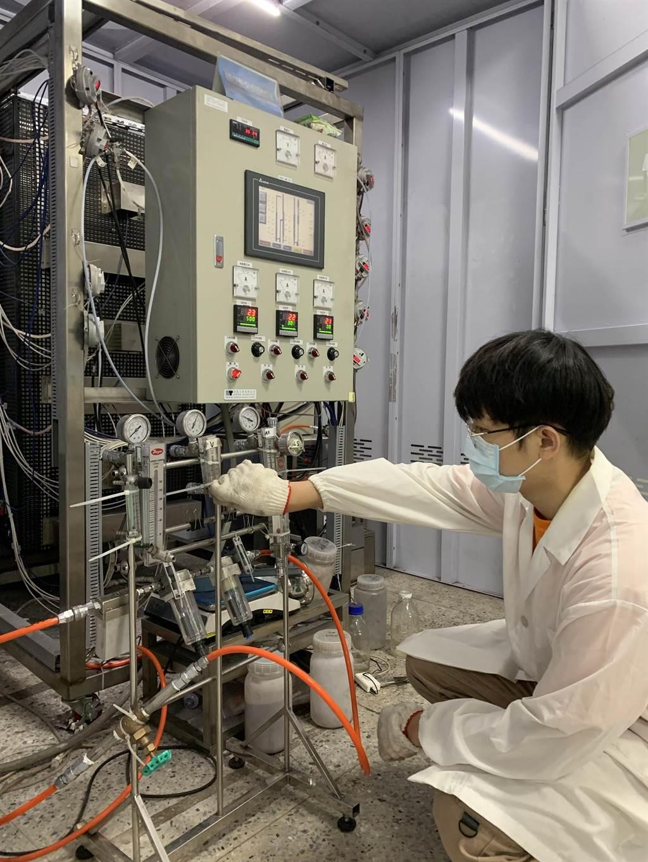 台科大同學進行「串聯式流體化床化學迴路燃燒系統實作」。(台科大提供/李侑珊台北傳真)