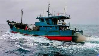 陸鐵殼船澎湖違法捕魚持刀棍抵抗 海巡隊持霰彈槍喝止押回7人