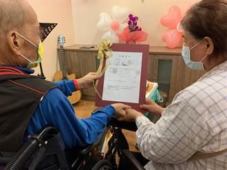疫情下見證最美愛情 癌末老翁在病房內完婚
