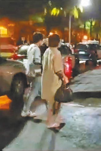 裸女警局前擺Pose 掌鏡警記大過